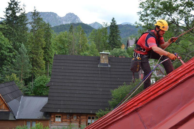 Pracownik malujący dach